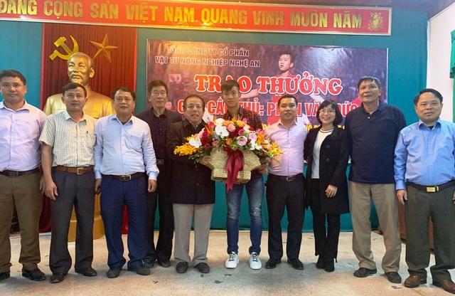 Với những đóng góp tại Giải AFF Cup 2018, Phan Văn Đức được Tổng Công ty Vật tư nông nghiệp Nghệ An trao tặng 100 triệu đồng vào chiều ngày 19/12 tại công ty này.