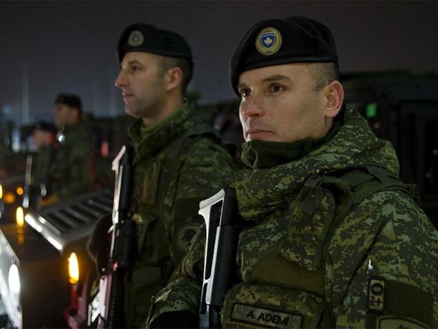 Thành viên lực lượng an ninh Kosovo tại thủ phủ Pristina (Kosovo) ngày 14-12. Ảnh: AP