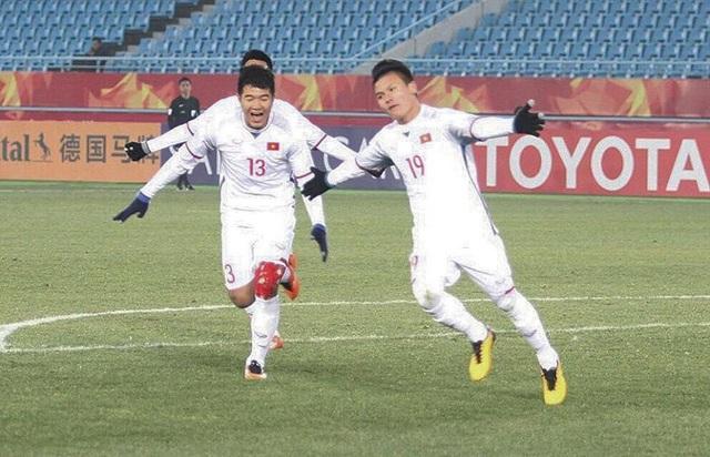 Cầu thủ Quang Hải trên sân cỏ cùng đồng đội.