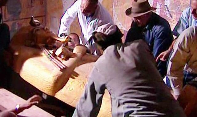 Các nhà khảo cổ học mở nắp quan tài chứa xác ướp của vua Tutankhamun.