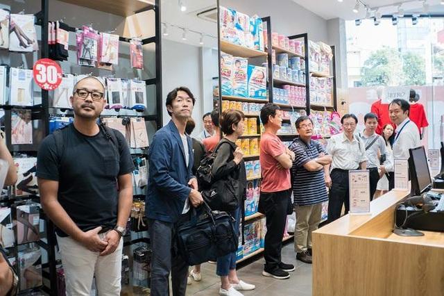 Các điện diện công ty NHật Bản : Ông Kentaro Tako Chủ tịch Công ty Rocket Soap Co., Ltd. Houseware Nhật Bản thăm quan các sản phẩm chính hãng công ty mình đang bày bán tại TokyoLife