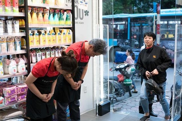 Ông Tetsuo Oji - Đồng sáng lập TokyoLife đã tới cửa hàng để đào tạo nhân viên cách cúi chào cảm ơn khách hàng,hướng tới 1 TokyoLife luôn đầy ắp -  Dịch Vụ Từ Trái Tim - Tình Yêu Trong Từng Sản Phẩm