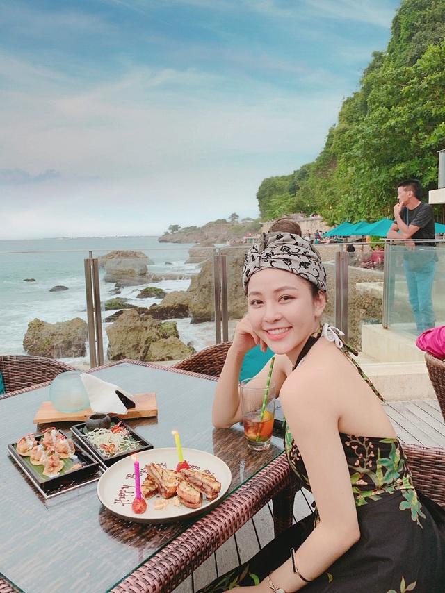 """""""Đồ ăn ở đây thì Trâm Anh thấy khá hợp khẩu vị với người Việt Nam nên không cần phải mang theo đồ ăn đâu"""", Trâm Anh tiết lộ kinh nghiệm. """"Đồ ăn và resort ở đây cũng rất hợp ví tiền"""", Trâm Anh nói thêm."""