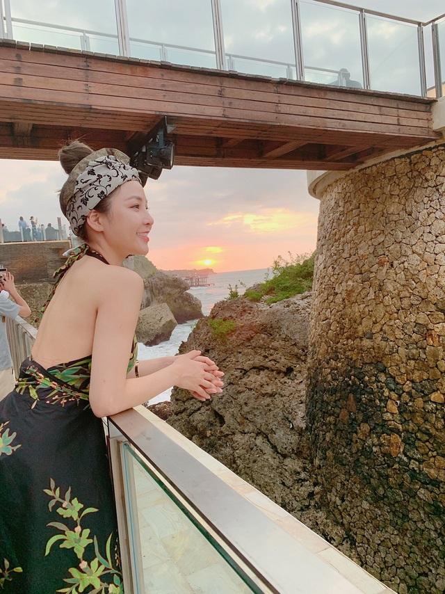 Trâm Anh thư thái ngắm khung cảnh bên bờ biển.