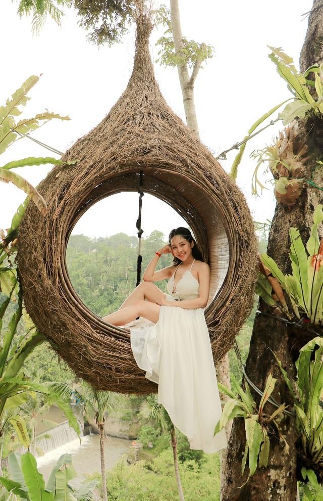 """""""Đúng như mọi người ca ngợi, Bali là hòn đảo thiên đường, đã đi là không muốn về. Người ta cũng thường nói rằng nên đến Bali một lần trong đời với một nửa của mình. Chỉ tiếc là Trâm Anh lại đi với trợ lí chứ không phải người yêu. Sau này khi có người yêu, Trâm Anh chắc chắn sẽ rủ anh ấy quay lại đây"""", cô chia sẻ."""