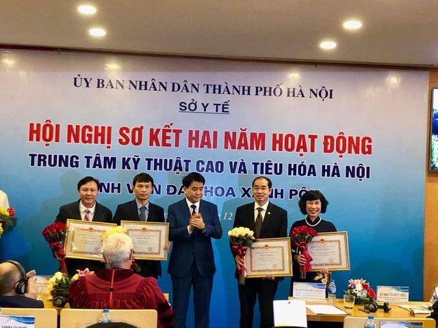 Chủ tịch UBND TP Hà Nội Nguyễn Đức Chung tặng Bằng khen của UBND TP cho các cá nhân.