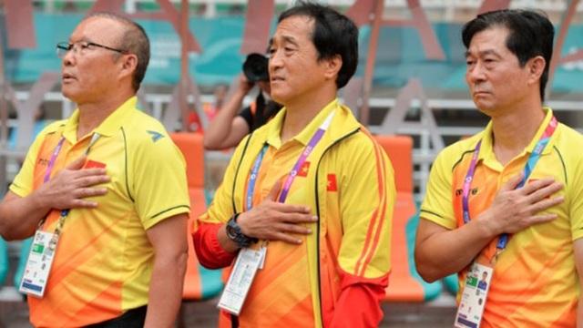Trợ lý Bae Ji Won (phải) không tham gia Asian Cup 2018 cùng HLV Park Hang Seo