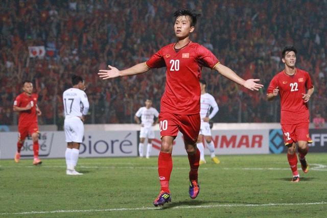 Phan Văn Đức ăn mừng bàn thắng vào lưới Campuchia