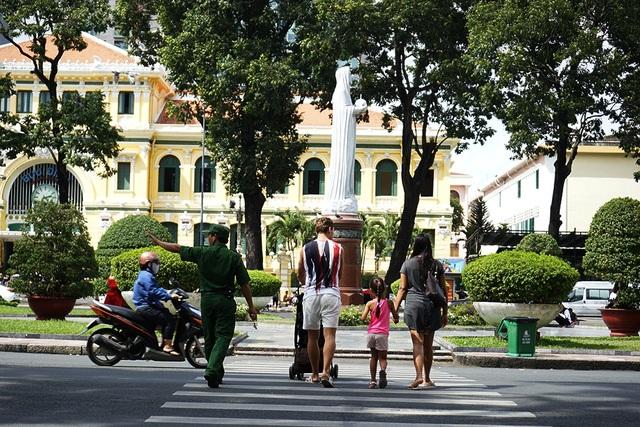 Tour Sài Gòn – Chợ Lớn: Bưu điện thành phố - nhà thờ đức Bà - bảo tàng thành phố - chùa bà Thiên Hậu - chợ Bình Tây - mua sắm tại Silver House - nhà hàng Baoz Dim Sum: 1/2 ngày (ăn trưa).