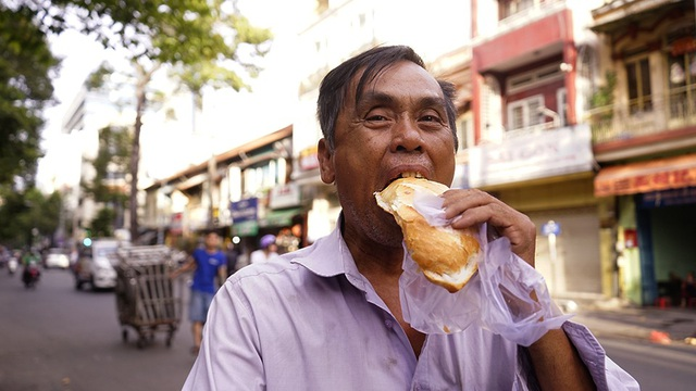 Ông Đào Khánh, làm nghề thu mua đồ cũ, lần đầu đến đây nhận bánh. Ông nói sẽ cho nhiều người biết để tìm đến đây.