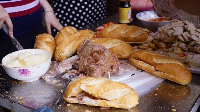 """""""Họ tốt thật, bánh mì từ thiện nhưng làm đàng hoàng, không thua gì mua ngoài tiệm"""", bà Nguyễn Thị Lan, ngụ quận 4 đi bán vé số ngang qua chia sẻ."""
