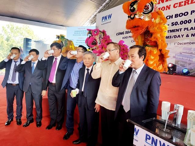 Các đại biểu uống nước sạch của nhà máy tại lễ khánh thành