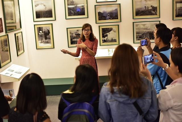 Tour Hochiminh by night: bưu điện thành phố - nhà thờ Đức Bà – bảo tàng Chứng tích Chiến tranh - tàu nhà hàng Indochina Queen: 1/2 ngày (ăn tối).