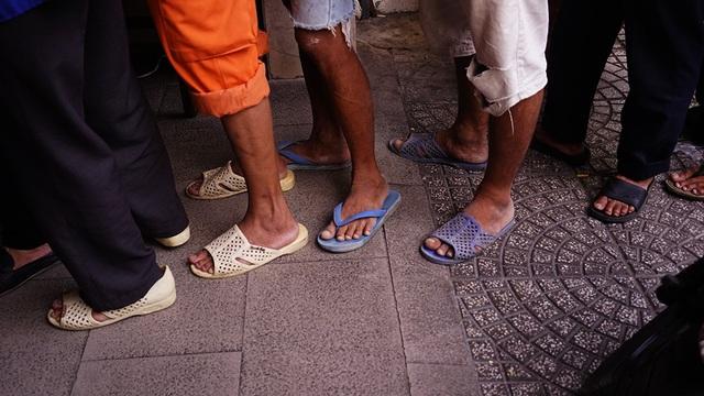 Họ xếp hàng trật tự, chờ đến lượt nhận bánh mì. Đa phần họ là những công nhân, chạy xích lô, ba gác, người vô gia cư…
