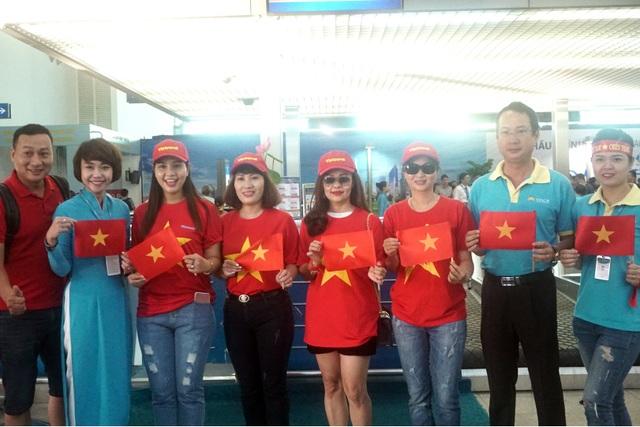 Tại sân bay Tân Sơn Nhất (TP Hồ Chí Minh), hàng chục các cổ động viên Việt cũng có mặt từ sớm, mang cờ đỏ sao vàng cổ vũ đội nhà giành chiến thắng.