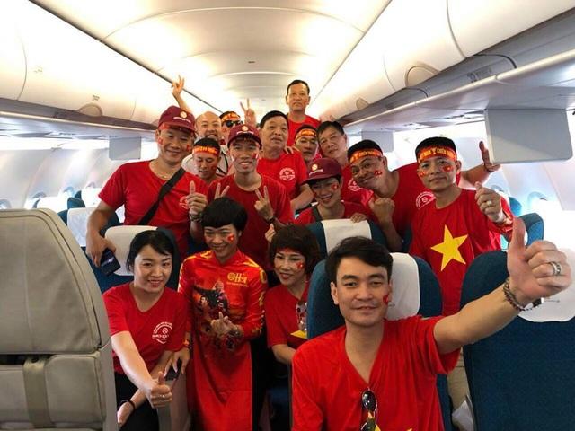Các cổ động viên chụp ảnh lưu niệm trên máy bay trước khi rời Việt Nam sang Philippines