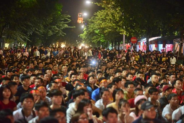 Rất nhiều người đân đã có mặt tại phía trước tượng đài Cảm Tử Hồ Gươm (Hoàn Kiếm, Hà Nội) để cổ vũ cho đội tuyển Việt Nam.