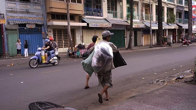 Người đàn ông khi cẩn thận cất ổ bánh vào túi thì nhanh chóng quay lại với công việc của mình
