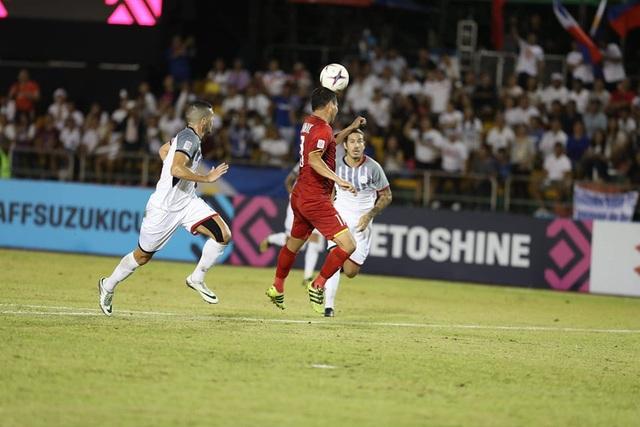Anh Đức liên tục nằm sân sau những pha va chạm với cầu thủ Phillippines