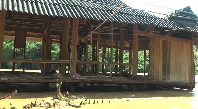 Nhiều nhà dân bị lũ cuốn trôi, gây ngập nặng do nước từ thủy điện đổ về.