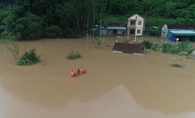 Hạ lưu sông Lam khi thủy điện xả lũ đã gây ngập lụt.