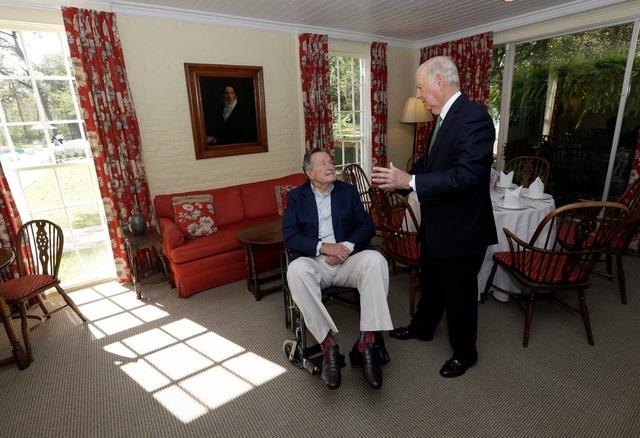 Cựu Tổng thống Bush cha trò chuyện cùng cựu Ngoại trưởng James A. Baker III. (Ảnh: AP)