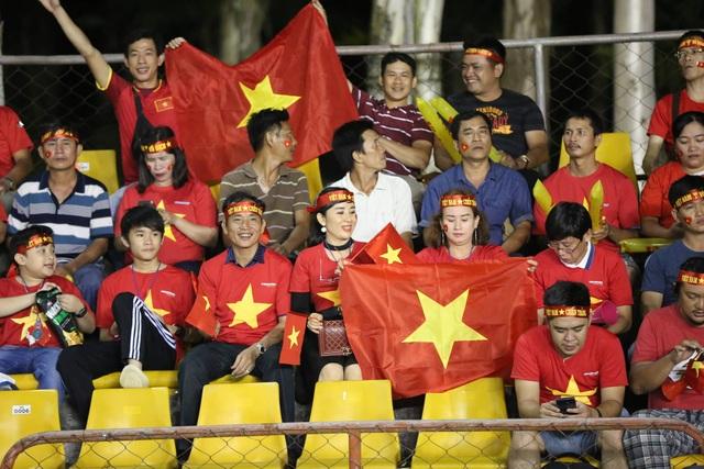 Cổ động viên Việt Nam đổ bộ sân Panaad, tiếp lửa thầy trò HLV Park Hang Seo - 4