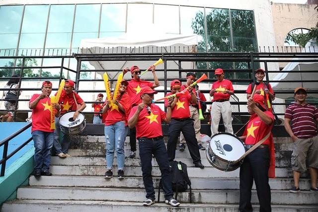 Cổ động viên Việt Nam đổ bộ sân Panaad, tiếp lửa thầy trò HLV Park Hang Seo - 14