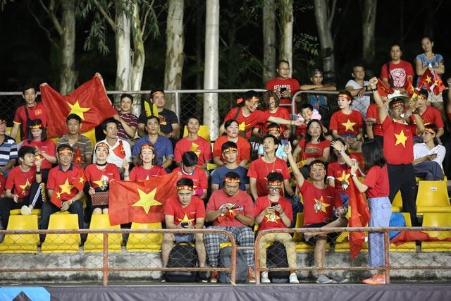 Cổ động viên Việt Nam đổ bộ sân Panaad, tiếp lửa thầy trò HLV Park Hang Seo - 3