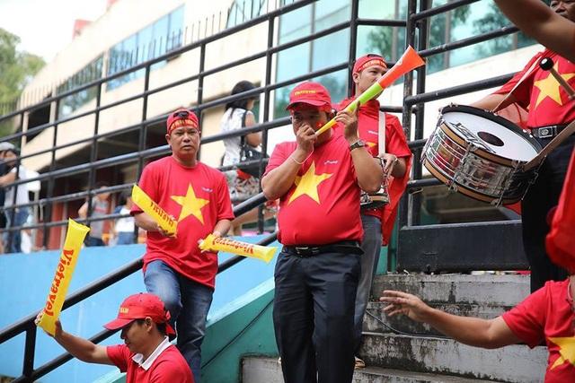Cổ động viên Việt Nam đổ bộ sân Panaad, tiếp lửa thầy trò HLV Park Hang Seo - 13