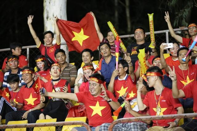 Cổ động viên Việt Nam đổ bộ sân Panaad, tiếp lửa thầy trò HLV Park Hang Seo - 2