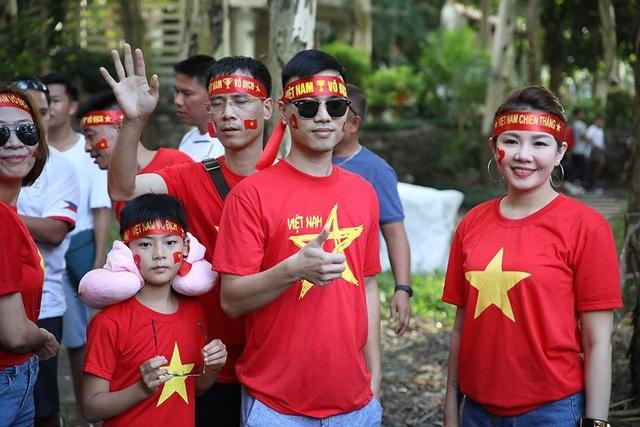 Cổ động viên Việt Nam đổ bộ sân Panaad, tiếp lửa thầy trò HLV Park Hang Seo - 12