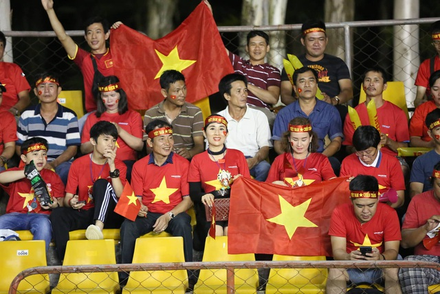 Cổ động viên Việt Nam hâm nóng bầu không khí trên sân Panaad