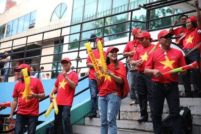 Cổ động viên Việt Nam đổ bộ sân Panaad, tiếp lửa thầy trò HLV Park Hang Seo - 11