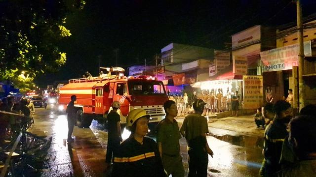 TPHCM: Cháy lớn trong đêm, 1 người chết, 20 người mắc kẹt - 7