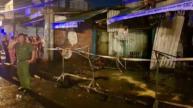 TPHCM: Cháy lớn trong đêm, 1 người chết, 20 người mắc kẹt - 4