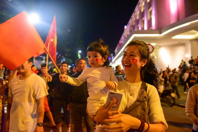 Hai mẹ con chị Huyền Anh xuống đường ăn mừng chiến thắng. Đội tuyển Việt Nam đã có một trận thi đấu suất sắc, tuy bị gỡ hoà nhưng lại vươn lên dẫn trước. Tôi hy vọng đội tuyển giữ được phong độ này đến trận trung kết chj Huyền Anh chia sẻ.