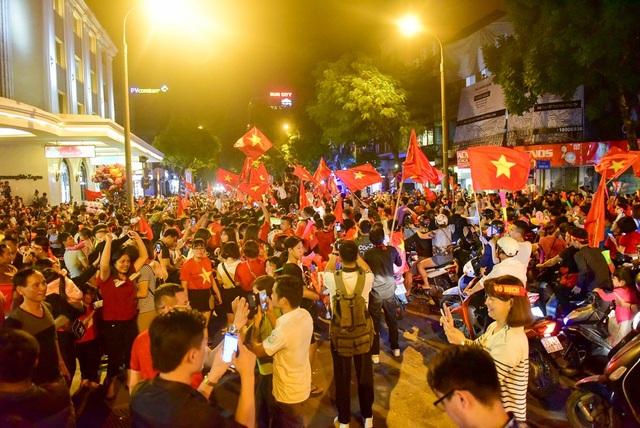 Ngã tư Hàng Bài và Tràng Tiền đông nghịt người hô vang Việt Nam vô địch.