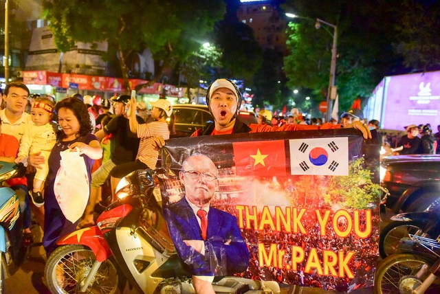 Một người cầm băng rôn ghi cảm ơn HLV Park Hang-seo.