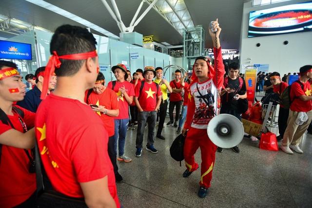 Anh Nguyễn Văn Duy mang chiếc loa cổ động cảu mình sang Philippines để cổ vũ cho đội nhà.