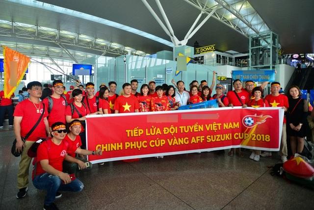 Sáng ngày 2/12, trên chuyến bay số hiệu VN-9663 của Vietnam Airlines, hàng chục cổ động viên mặc trang phục cờ đỏ sao vàng tới Bacolod Philippines để cổ vũ cho đội tuyển Việt Nam trong trận bán kết lượt đi AFF Cup 2018.