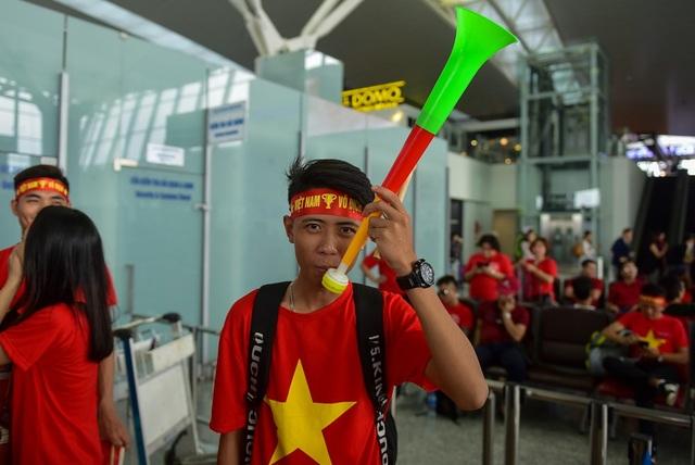 ,... đến kèn vuvuzela đều được cổ động viên chuẩn bị sẵn sàng tiếp lửa cho đội tuyển Việt Nam.