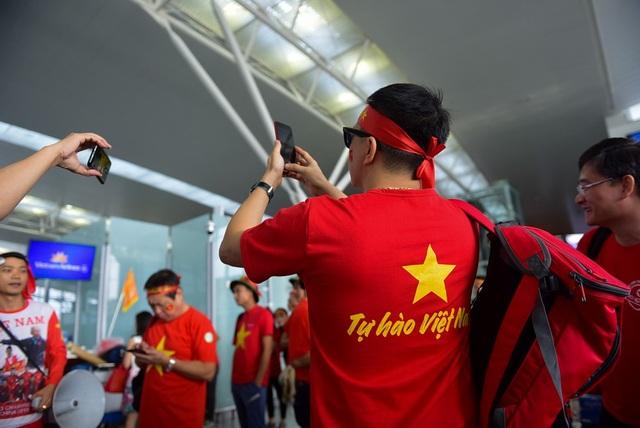 Nhiều người mặc áo cờ đỏ sao vàng có dòng chữ Tự hào Việt Nam...