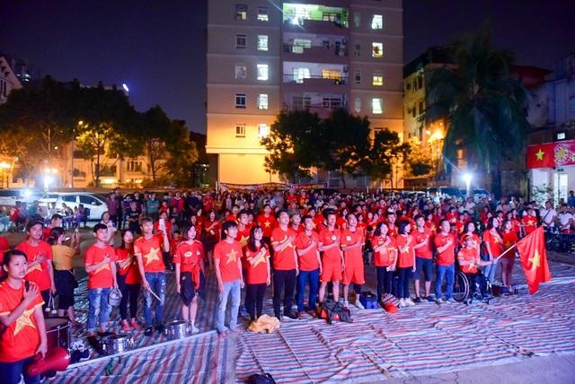 Có mặt từ rất sớm hàng trăm cổ động viên đã có mặt tại số 36 Hoàng Ngân (Hà Nội) để cổ vũ tiếp lửa cho đội tuyển Việt Nam.