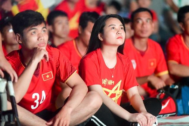 Cổ động viên Việt Nam phấn khích với chiến thắng của đội nhà - 7