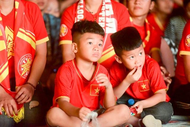 Những ánh mắt chăm chú hướng lên màn hình theo dõi đội tuyển Việt Nam thi đấu.