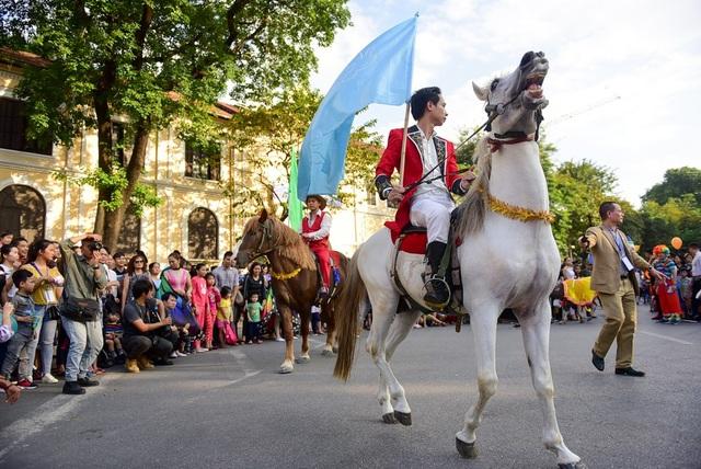 Lạc đà, ngựa diễu hành xiếc trên phố đi bộ hồ Gươm - 10