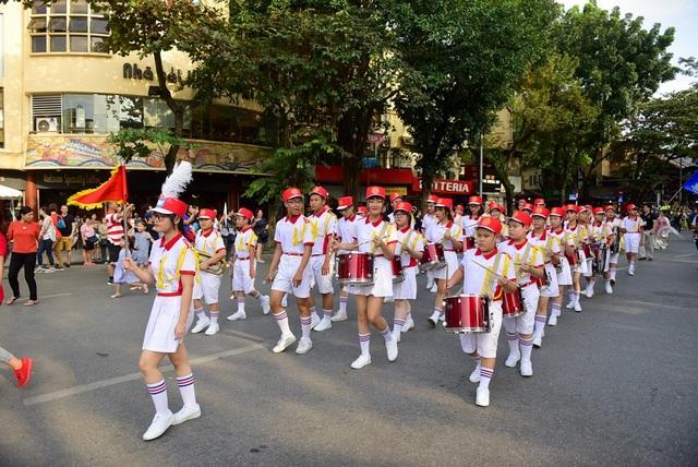 Hoạt náo không khí là đội nhạc nghi thức gồm 40 người của Cung Thiếu nhi Hà Nội dẫn đầu đoàn diễu hành.