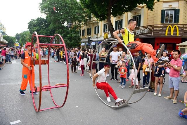 Lạc đà, ngựa diễu hành xiếc trên phố đi bộ hồ Gươm - 7