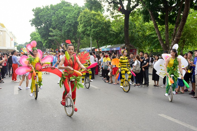 Lạc đà, ngựa diễu hành xiếc trên phố đi bộ hồ Gươm - 3